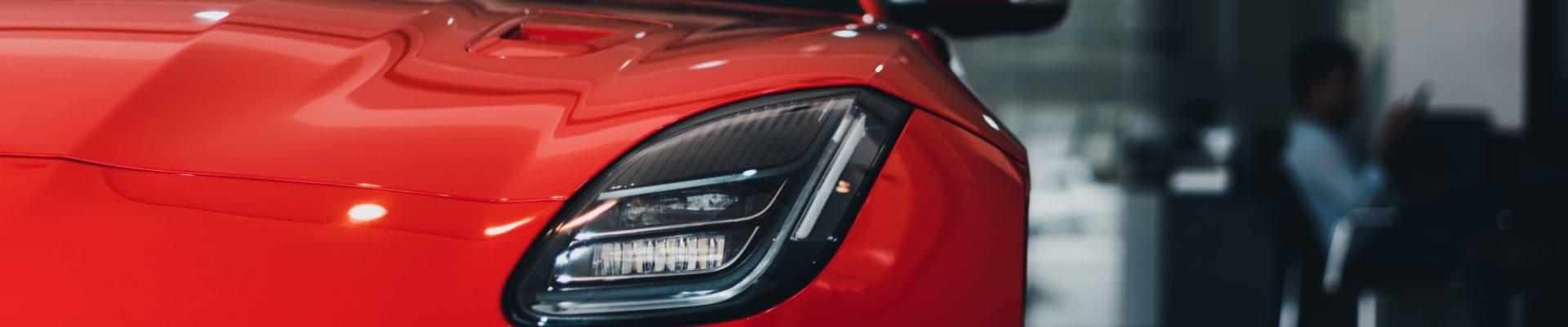 Czerwony samochód Jaguar R Type